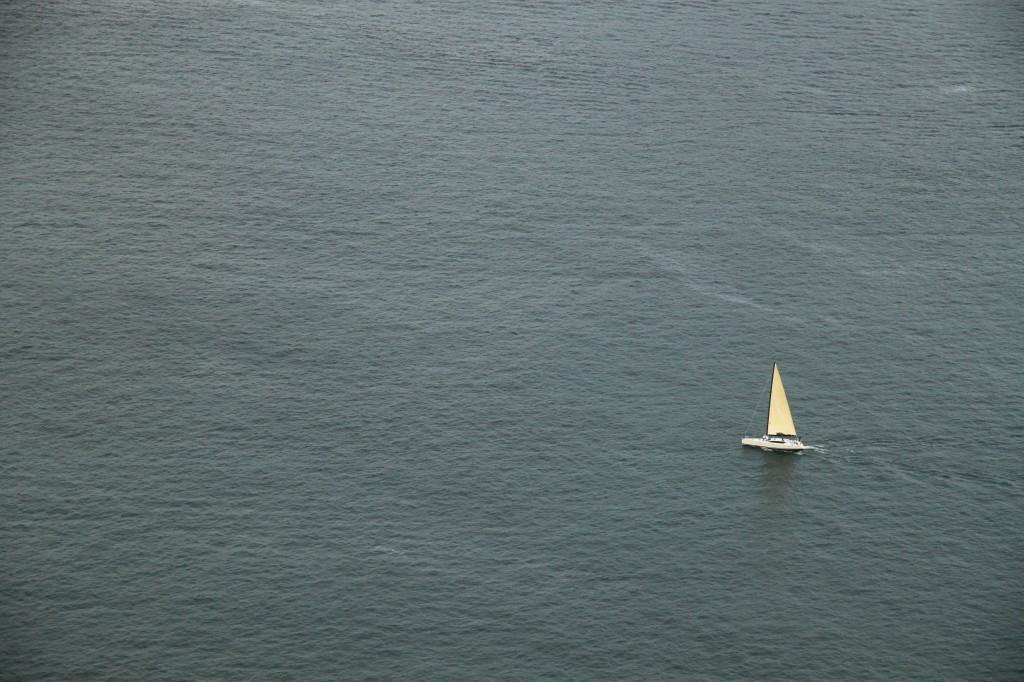 Barco em meio ao mar